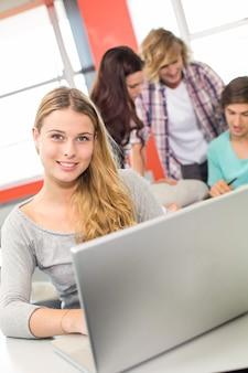Studentessa che utilizza computer portatile nell'aula