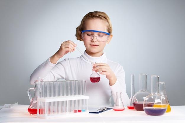 Studentessa circondato da provette