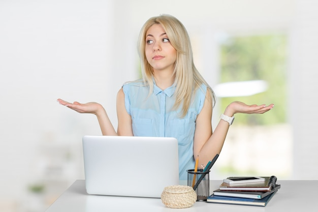 Studentessa clueless con il computer portatile