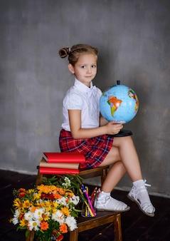 Studentessa con globo terrestre. concetto di scuola