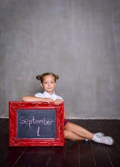 Studentessa con lavagna. concetto di scuola