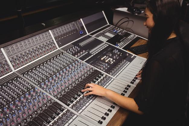 Studentessa con mixer audio