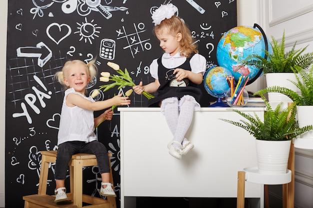 Studentessa di bambini studia a scuola il primo settembre, giornata mondiale degli insegnanti