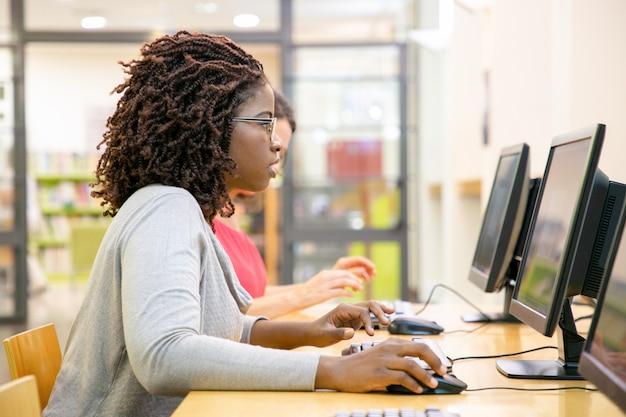 Studentessa focalizzata eccitata con test online