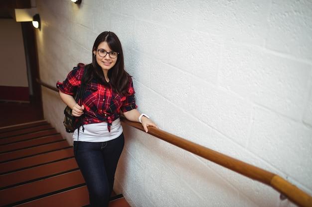 Studentessa in piedi sulla scala