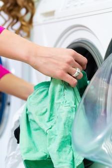 Studentessa in una lavanderia
