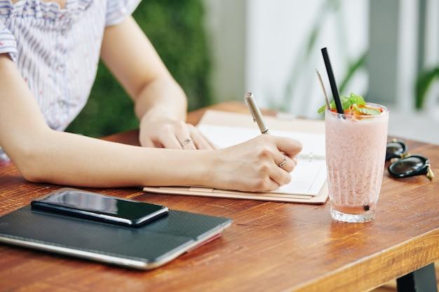 Studentessa iscritto nel blocco note