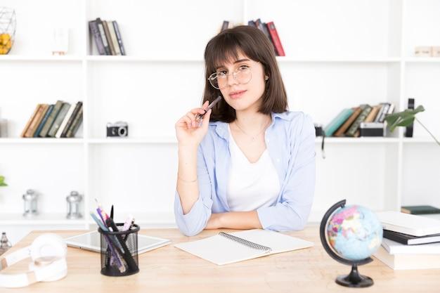 Studentessa pensando al compito