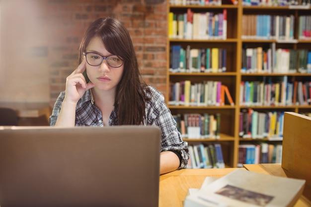 Studentessa premurosa che per mezzo del computer portatile