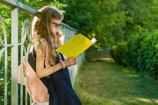 Studentessa studente di scuola elementare