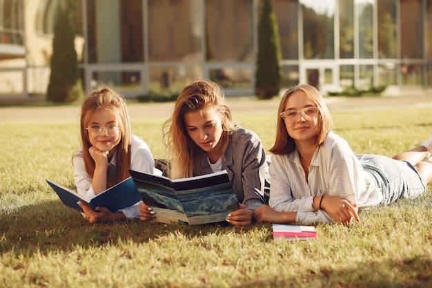 Studenti al campus con libri e borse