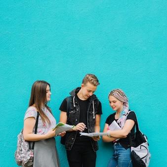 Studenti alla moda che presentano libri