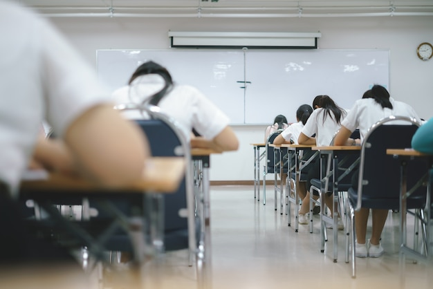 Studenti asiatici che effettuano un esame