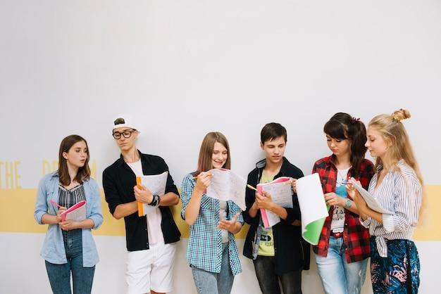 Studenti che lavorano in squadra