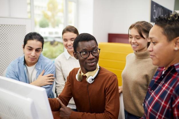Studenti che lavorano su progetti di gruppo in biblioteca