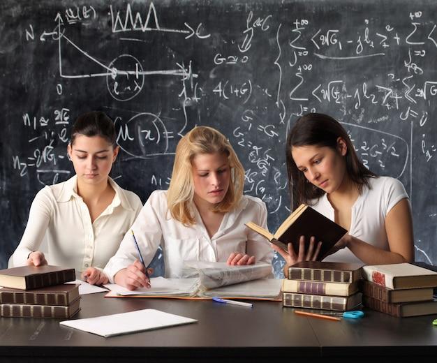 Studenti che studiano in un'aula