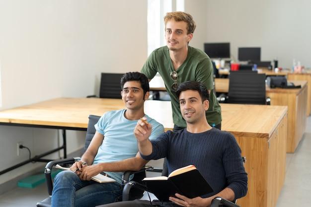 Studenti curiosi guardando la presentazione e discuterne