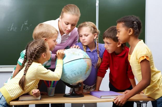 Studenti delle scuole primarie in classe di geografia