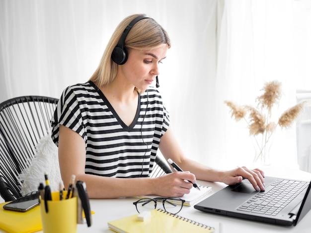 Studenti e laptop con corsi remoti online