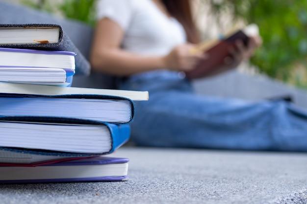 Studenti e lettura di libri di preparazione agli esami