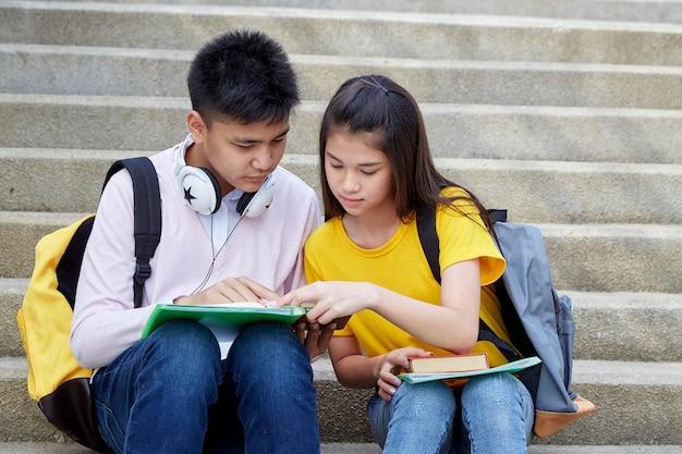 Studenti felici all'aperto con libri