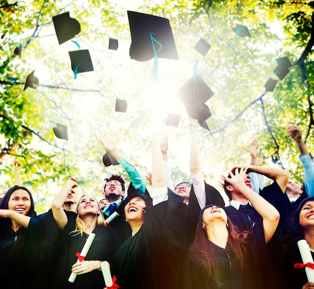 Studenti in aula che lanciano cappelli in aria