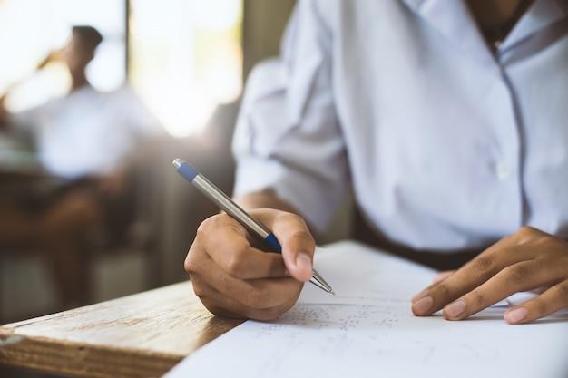 Studenti pensando e prendendo esame con lo stress in classe scolastica.