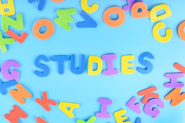Studi di iscrizione splendidamente disposti su lettere multicolori.