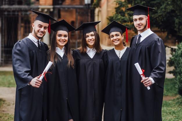 Studia insieme gruppo di studenti in piedi nel campus