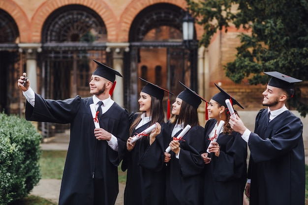 Studia insieme il gruppo di studenti che stanno nel campus universitario e fa il selfie