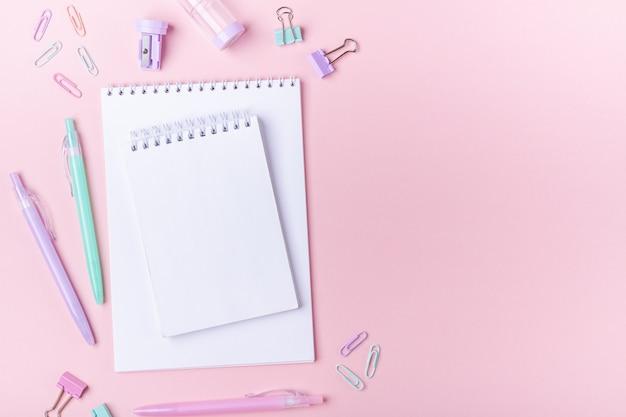 Studiare e tornare a scuola accessori sul rosa