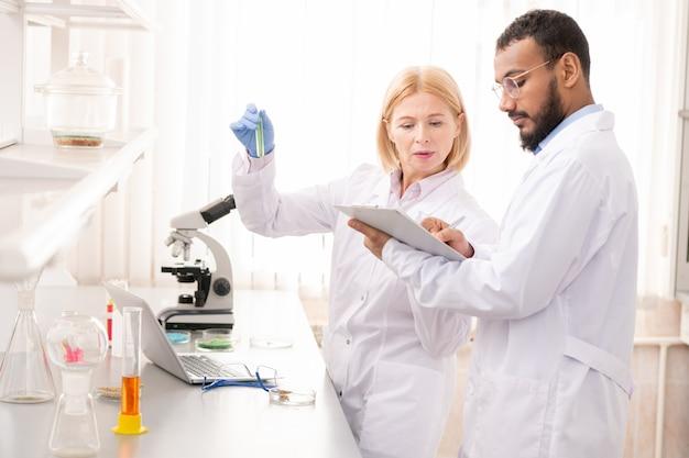 Studiare prodotti chimici in laboratorio