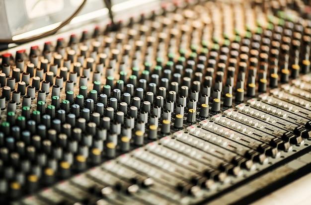 Studio audio che regola l'apparecchiatura di registrazione