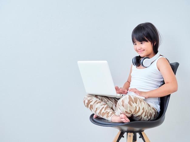 Studio della bambina online con il computer portatile.