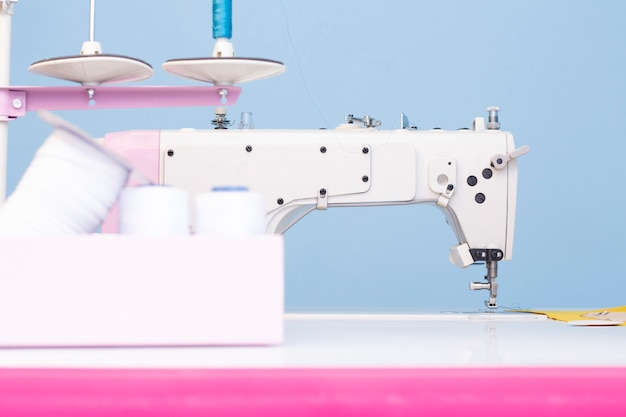 Studio di cucito. macchina da cucire. una serie di articoli per il ricamo: fili, aghi, spille, metro a nastro, ecc.