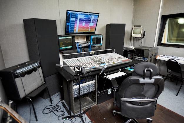 Studio di registrazione con attrezzature moderne