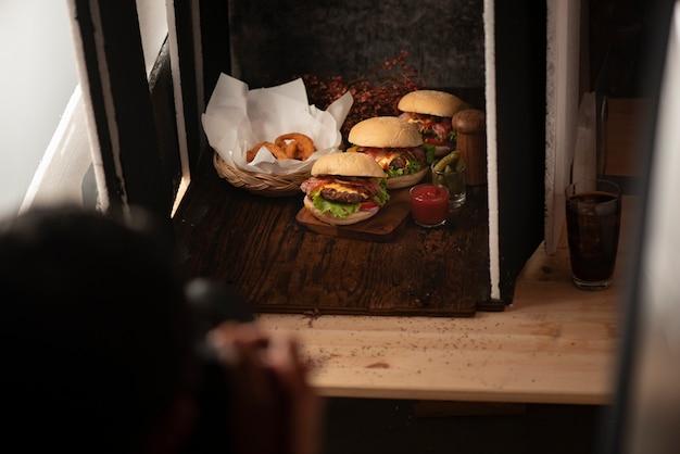 Studio fotografico con apparecchiature di illuminazione professionale durante le riprese di cibo