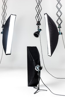 Studio fotografico vuoto con apparecchi di illuminazione