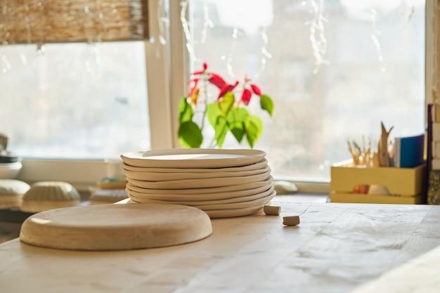 Studio in ceramica, produzione, pezzo in lavorazione. bellissimo sfondo con pezzi di ceramica
