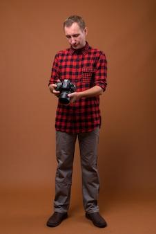 Studio shot dell'uomo su colore marrone