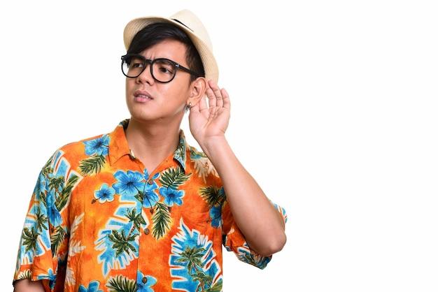 Studio shot di bell'uomo asiatico in ascolto