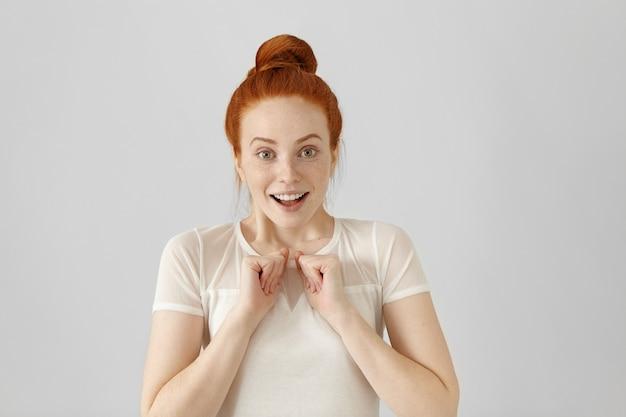 Studio shot di bella ragazza con espressione facciale vincente e felice
