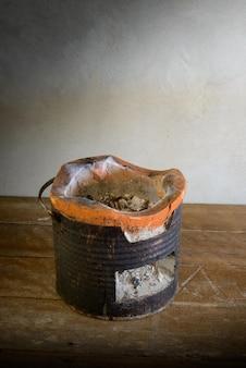Stufa a carboncino sul pavimento di legno