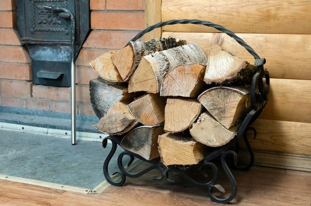 Stufa davanti alla sauna legna accatastata in una stufa a legna