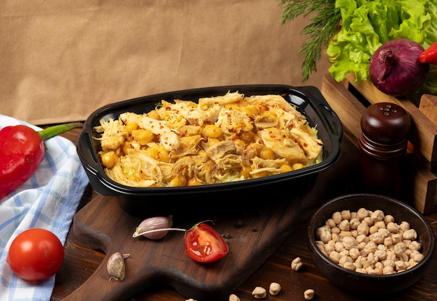 Stufato di carne di pollo con fagioli gialli, castagne.