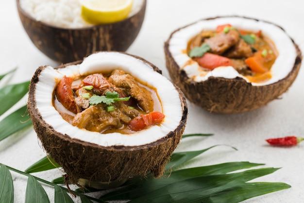 Stufato fresco casalingo nell'alta vista dei piatti della noce di cocco