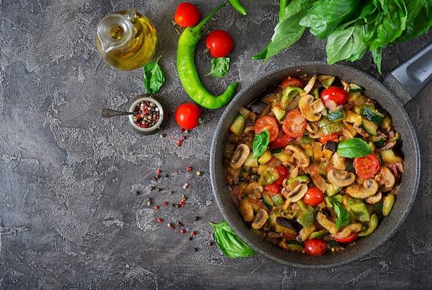 Stufato piccante in umido, peperone dolce, pomodoro, zucchine e funghi.