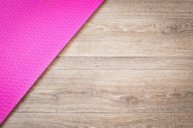 Stuoia di yoga su un legno