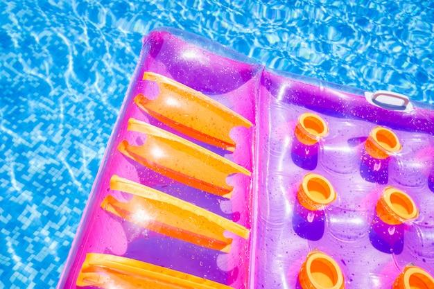 Stuoia galleggiante gonfiabile in una piscina in estate
