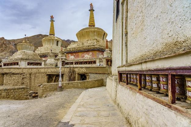 Stupa buddista e ruote di preghiera al monastero di lamayuru, ladakh, india